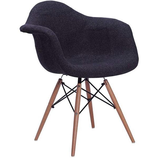 Silla nórdica con tapizado negro, modelo ancho con patas en haya